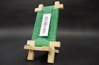 【開運厄除】のお守り「スマ守-編」 ●プロダクト:スマホスタンド ●素材:自然木(ヒノキ、タモ)     ペーパーコード(ナチュラル、白、赤、緑、紫) ●サイズ:H15.5×W8.0×D8.5 ●お守り説明:座編みタイプのスマホスタンドです。製作者の得意分野である椅子の座編み技術を生かし、ペーパーコードで背当てに座編みを施しました。和洋を問わずインテリアに溶け込むデザインでスマホを守ってくれることでしょう ●サイズ:H14×W8.0×D8.5㎝  注文時は、材種指定、紐色指定お願いします   ※適用スマホ:iPhone 5/5C/5S/6/6s/6plus/SE に準ずるサイズ   最大寸法 8×16㎝程度まで ●ご支援頂いたお守りの授与は1月1日〜3日の間に飯野八幡宮で授与させて頂きます。 ●4日以降のご希望または郵送の場合は着払いにて対応させて頂きます。