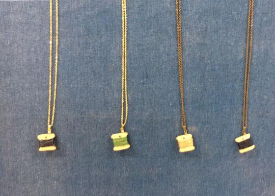 木工房MEGUROが制作した、会津桐に昭和村のからむし織で使用される糸を巻いてある可愛いペンダントです。※定価1620円(税込)