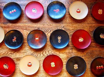会津漆器に蒔絵が入った可愛い豆皿です。 ほくるし堂 二瓶由布子さんの作品です。※定価2700円(税込)
