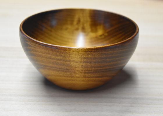 日本の広葉樹、栃の木を使い、木目が見える摺漆仕上げです。 スープ、具沢山の味噌汁、サラダ、シリアルなど、和・洋・中と多様に使え、栃の木の手触りが心地よい器です。 石原木工所制作 定価:6,000円(税別) (直径14cm×高さ7cm)
