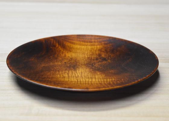 栃の木を使い、木目が見える摺漆仕上げです。 焼いたパンがすぐ冷めにくい、木の持つ特徴を生かした皿です。 ワンプレートでいろいろな食材も映えるように、そして、持ちやすい形にしました。 石原木工所制作 定価:7,000円(税別) (直径21cm×高さ2cm)