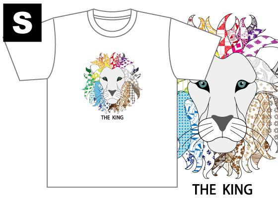 【制作者】 国際アート&デザイン大学校  グラフィックデザイン科 2年 添田 幸村さん  【作品タイトル】 THE KING  【デザインポイント】 インパクトのあるデザインにしたいと思い百獣の王であるライオンをイメージしてデザインした。全ての頂点であると意味を込めてほぼ全ての柄を使用した。 そこに配色をしてそこにTHE KING と王様を思わせる文字をおいた。  【スペック】 4.4オンス ドライTシャツ(ポリエステル100%)吸汗速乾,UVカット Sサイズ / 身丈65cm,身巾47cm,肩巾44cm,袖丈20cm Mサイズ / 身丈68cm,身巾50cm,肩巾46cm,袖丈21cm Lサイズ / 身丈71cm,身巾53cm,肩巾48cm,袖丈22cm  【お届け】 サポート募集終了から約1ヶ月(12月初旬頃)