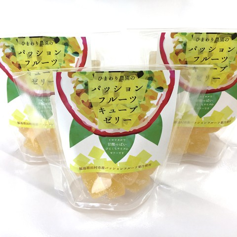・お礼のお手紙 ・ルポ絵本「ぼくのひまわりおじさん」1冊 ・「ひまわり農園のパッションフルーツキューブゼリー」3つ  ルポ絵本「ぼくのひまわりおじさん」のモデルとなっている、福島県田村市在中の佐久間辰一様は、パッションフルーツの栽培を行われています。 そのトロピカルなパッションフルーツの果汁を使って作られた甘酸っぱいひと口サイズのゼリー。香り、甘み、酸味が絶妙なバランスな逸品です。  製造事業者: ひまわり農園/佐久間辰一様