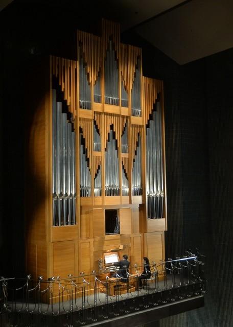 ・パイプオルガン・クリスマスコンサートチケット 2枚    2021年12月19日(日)午後14時開演 全席自由   ・ふくしん夢の音楽堂オリジナルクリアファイル   ・CD 「iki・iki 福島市音楽堂のオルガン」   ・パイプオルガンとコラボレーション演奏(60分間)   パイプオルガンの伴奏で演奏をしてみたい方にオススメです!!   10分以内の演奏されたい曲をプロのオルガリストが伴奏します。   リハーサルを兼ねた練習の後、最後に通して演奏します。   (自前の撮影機材で収録OK)   ・古関裕而記念音楽祭2022鑑賞チケット優先購入権(2名分)   ※当日の入場チケットを優先的に購入できる権利です。    チケット自体を返礼品としてお渡しするものではありません。